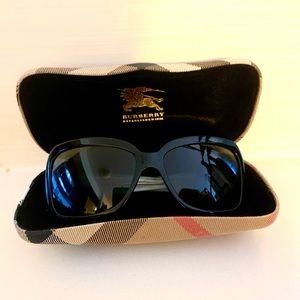 Burberry women's sunglasses in black (EUC)